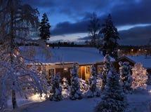 圣诞节多雪夜间的房子 免版税库存照片