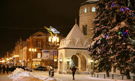 圣诞节大街Bolshaya Porkrovskaya晚上视图  免版税库存照片