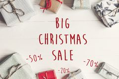 圣诞节大销售文本 50和70%折扣提议 Wrapp 免版税库存图片