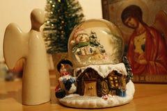 圣诞节天使和圣诞节玩具 免版税库存图片