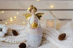 圣诞节天使的小雕象与一个星的在她的手上 库存图片