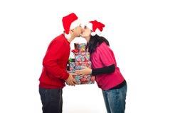 圣诞节夫妇亲吻 免版税库存照片