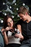 圣诞节夫妇前面性感的结构树年轻人 免版税图库摄影
