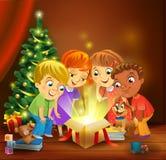 圣诞节奇迹-打开在圣诞树旁边的孩子一件不可思议的礼物 向量例证