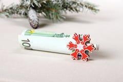 圣诞节奖金-与红色雪花的一百欧元 库存照片
