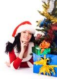 圣诞节女孩存在结构树下 图库摄影