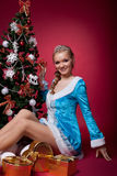 圣诞节女孩新的红色坐结构树年年轻&# 免版税库存照片