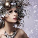 圣诞节妇女与新年装饰了发型。雪女王/王后。P 免版税库存图片
