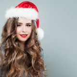 圣诞节妇女戴圣诞老人帽子的时装模特儿 免版税库存图片