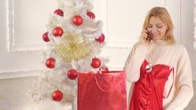 圣诞节妇女礼服 典雅的红色礼服的肉欲的圣诞老人妇女 圣诞节准备 新年时尚衣裳 影视素材