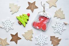 圣诞节姜曲奇饼,木星、冷杉木和雪花形状在被隔绝的白色木背景 免版税图库摄影