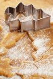 圣诞节姜饼与切割工的结构树曲奇饼 免版税库存照片