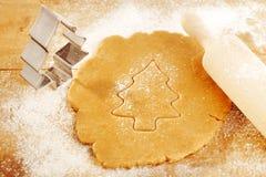 圣诞节姜饼与切割工的结构树曲奇饼 库存照片