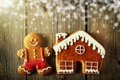 圣诞节姜饼人和房子曲奇饼 库存照片
