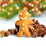 圣诞节姜饼人微笑的香料 defocused光 免版税库存照片