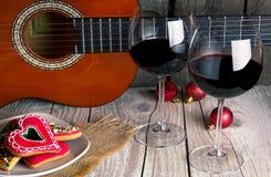 圣诞节姜饼吉他和酒浪漫新年 免版税库存照片