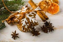圣诞节姜饼和桂香 免版税库存照片