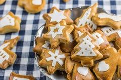 圣诞节姜饼塑造了与星的圣诞树与othe 免版税库存图片