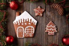 圣诞节姜饼家曲奇饼毛皮树和 免版税库存图片