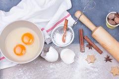 圣诞节姜饼曲奇饼与扫,鸡蛋、面团和滚针 免版税库存图片