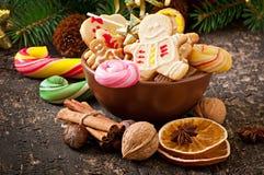 圣诞节姜饼曲奇饼和棒棒糖在碗 图库摄影