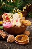 圣诞节姜饼曲奇饼和棒棒糖在碗 免版税库存照片