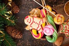 圣诞节姜饼曲奇饼和棒棒糖在碗 库存图片