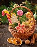 圣诞节姜饼曲奇饼和棒棒糖在篮子 库存图片