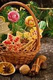 圣诞节姜饼曲奇饼和棒棒糖在篮子 库存照片