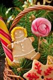 圣诞节姜饼曲奇饼和棒棒糖在篮子 免版税图库摄影