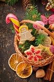 圣诞节姜饼曲奇饼和棒棒糖在篮子 免版税库存照片