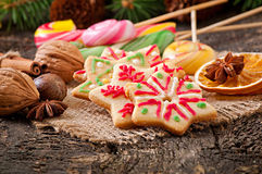 圣诞节姜饼曲奇饼和棒棒糖 库存照片