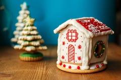 圣诞节姜饼曲奇饼议院 假日甜点 假日食物和装饰概念 库存图片