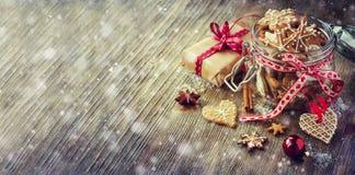 圣诞节姜饼曲奇饼,葡萄酒欢乐土气桌deco 免版税库存图片