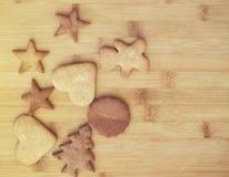 圣诞节姜饼曲奇饼-在木背景的甜食物 免版税库存照片
