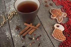 圣诞节姜饼桂香,圣诞节装饰,茶,小珠,圣诞老人雪橇 免版税库存照片