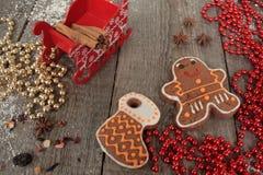 圣诞节姜饼桂香,圣诞节装饰,茶,小珠,圣诞老人雪橇 库存照片