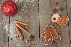 圣诞节姜饼桂香,圣诞节装饰,茶,小珠,圣诞老人雪橇 免版税库存图片