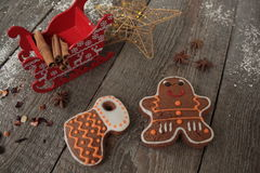 圣诞节姜饼桂香,圣诞节装饰,茶,小珠,圣诞老人雪橇 免版税图库摄影