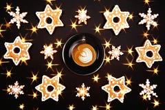 圣诞节姜饼用咖啡 库存图片