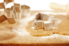 圣诞节姜饼结构树曲奇饼切割工 库存图片