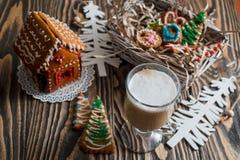 圣诞节姜饼给上釉的节假日安置放置结构树妇女的准备 圣诞节假日甜点 欧洲圣诞节假日传统 圣诞节华而不实的屋和假日得体 免版税库存图片