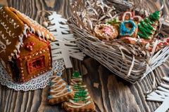 圣诞节姜饼给上釉的节假日安置放置结构树妇女的准备 圣诞节假日甜点 欧洲圣诞节假日传统 圣诞节华而不实的屋和假日得体 库存图片