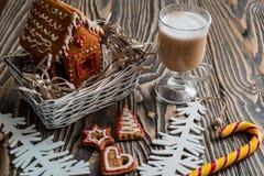 圣诞节姜饼给上釉的节假日安置放置结构树妇女的准备 圣诞节假日甜点 欧洲圣诞节假日传统 圣诞节华而不实的屋和假日得体 免版税库存照片