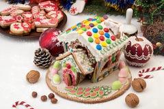 圣诞节姜饼给上釉的节假日安置放置结构树妇女的准备 圣诞节假日甜点 欧洲圣诞节 库存图片