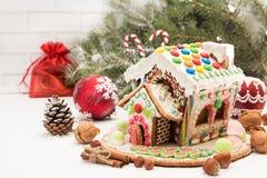 圣诞节姜饼给上釉的节假日安置放置结构树妇女的准备 圣诞节假日甜点 欧洲圣诞节 图库摄影