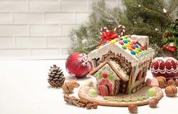 圣诞节姜饼给上釉的节假日安置放置结构树妇女的准备 圣诞节假日甜点 欧洲圣诞节 免版税库存照片
