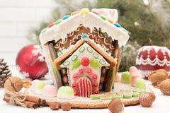 圣诞节姜饼给上釉的节假日安置放置结构树妇女的准备 圣诞节假日甜点 欧洲圣诞节 免版税库存图片