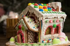 圣诞节姜饼给上釉的节假日安置放置结构树妇女的准备 圣诞节假日甜点 欧洲圣诞节 库存照片