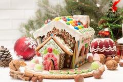 圣诞节姜饼给上釉的节假日安置放置结构树妇女的准备 圣诞节假日甜点 欧洲圣诞节 免版税图库摄影